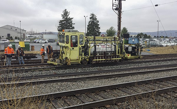 Adjusting and anchoring track with rail heater machine (March 2020)