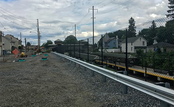 Fence and guardrail installed at West Henry Street lot (June 2019)