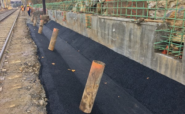 Swale paving along the eastbound (south) platform (November 2017)