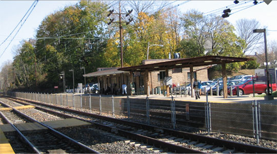 Photo of Paoli Station looking southeast from westbound platform. Low-level platforms are visible.